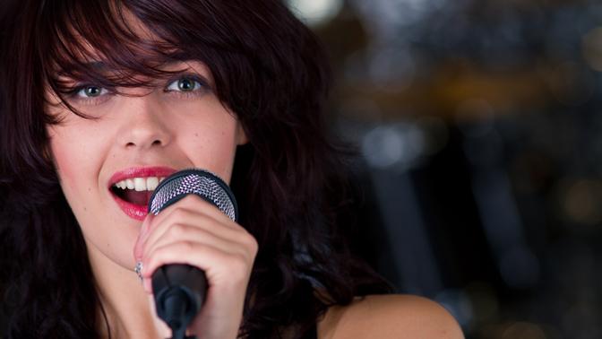 Девушка исполняет песню на заказ