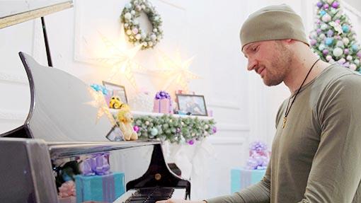 Съемка клипа в фотостудии с роялем